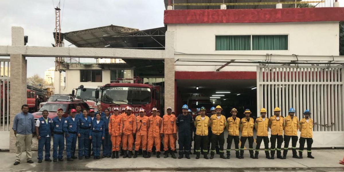 Unidades de organismo de socorro buscan acabar las llamas en la Sierra Nevada.
