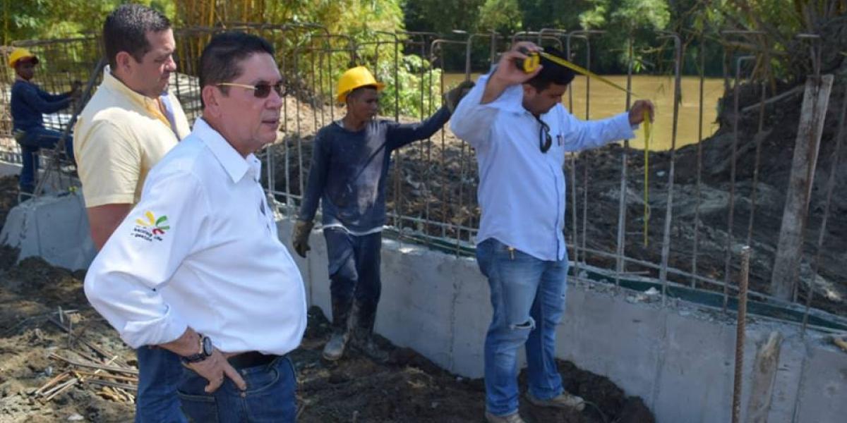 El alcalde Pedro J. Sánchez Rueda verificando las obras en el municipio de Aracataca.