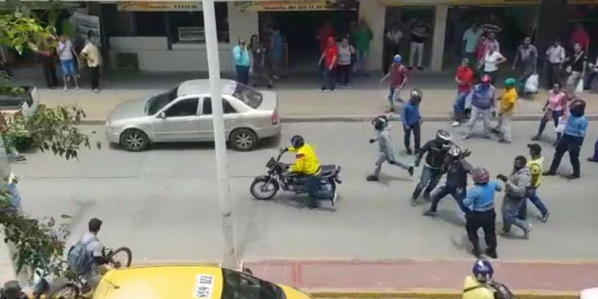 Comunidad ayuda al mototaxista para que se vaya del lugar.