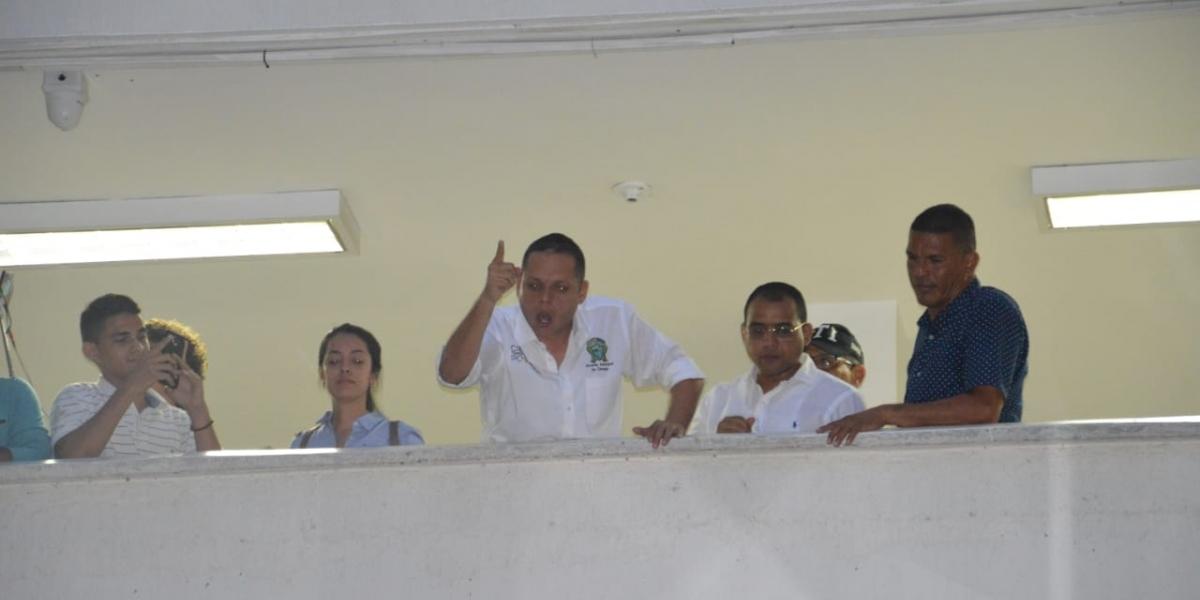 El alcalde Nene Pérez se asomó desde el Juzgado, ante los cienagueros que fueron a apoyarlo.