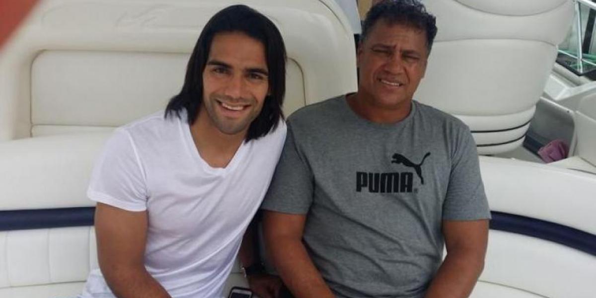 El jugador Radamel Falcao García junto a su padre Radamel García King.