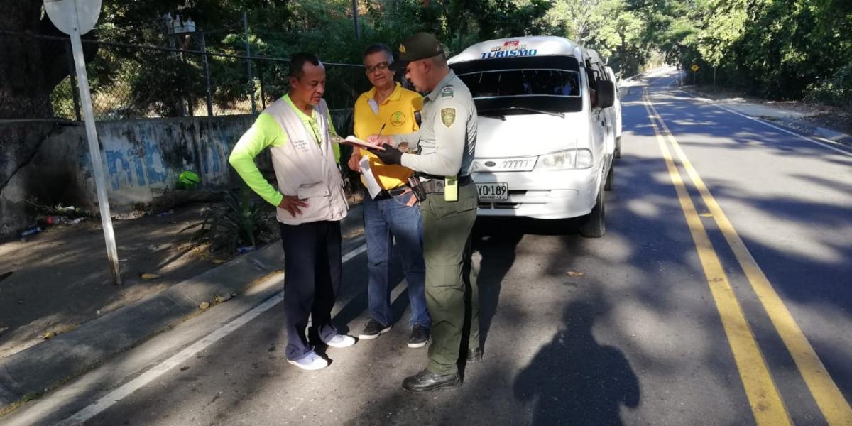 La Policía está realizando controles a los vehículos que prestan servicios turísticos.