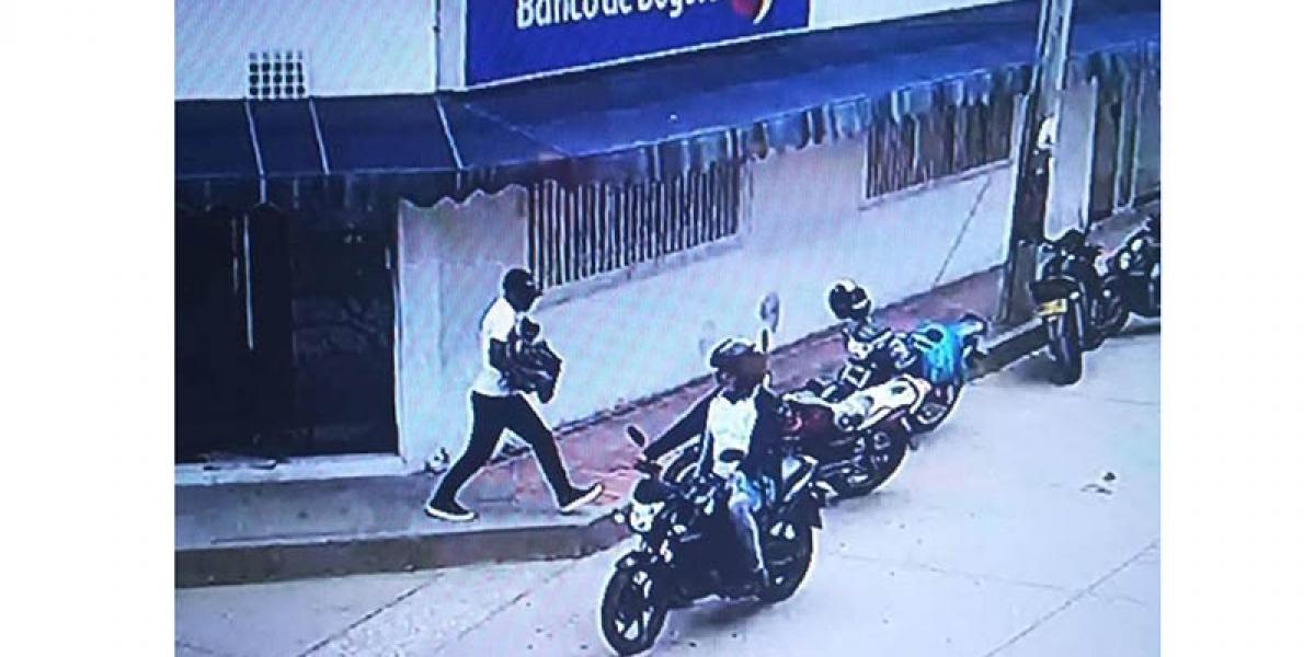Los delincuentes huyeron en una motocicleta.