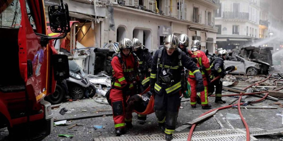 Hay más de veinte heridos, entre ellos cuatro bomberos, según un primer recuento.