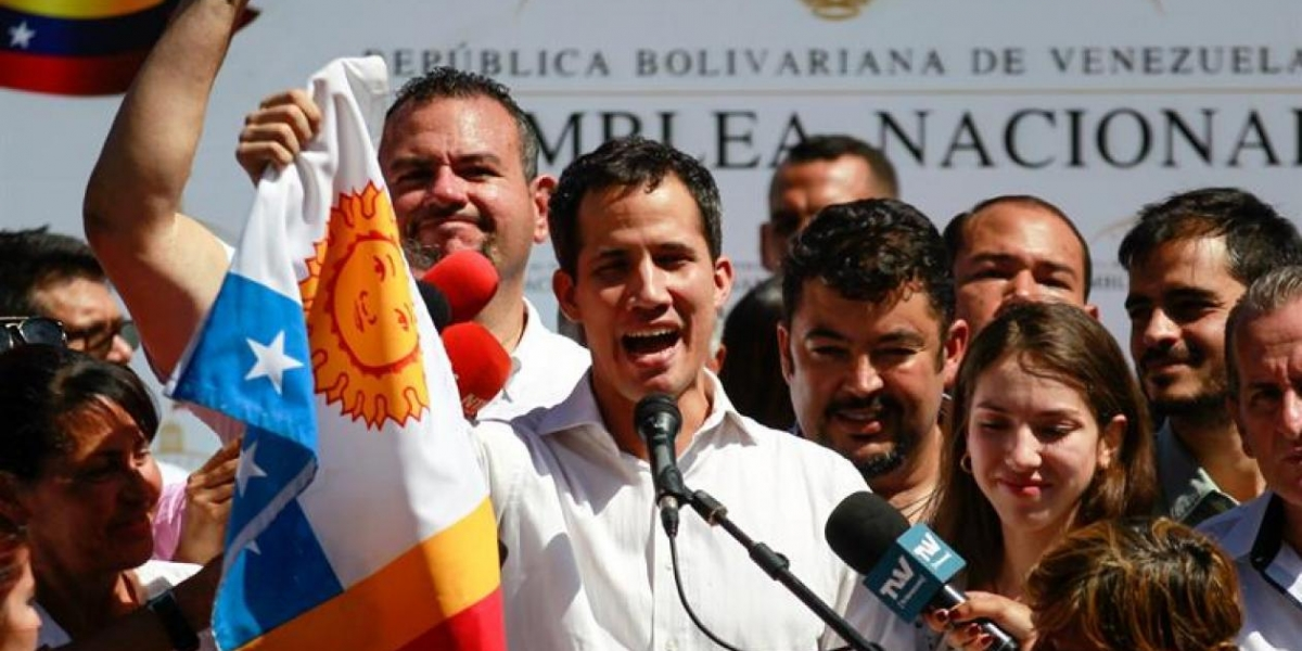 """Guaidó dijo a periodistas que la versión oficial demuestra que Maduro """"ya no controla las Fuerzas Armadas""""."""