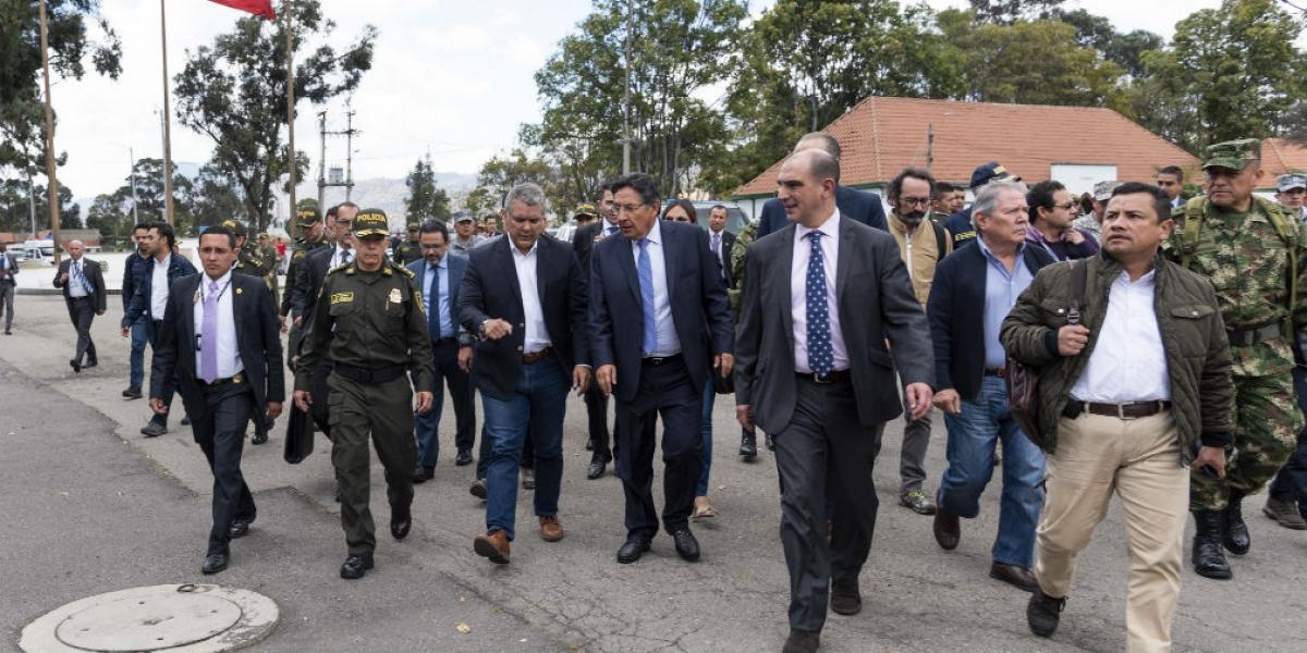 Momento en que el presidente y el fiscal hacen el recorrido en el lugar del acto terrorista.