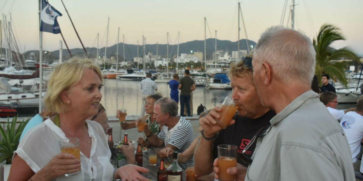 Extranjeros disfrutando de la Marina Internacional de Santa Marta