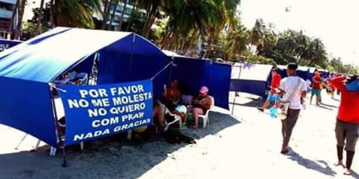 Un turista puso este curioso aviso en una de las carpas de El Rodadero.