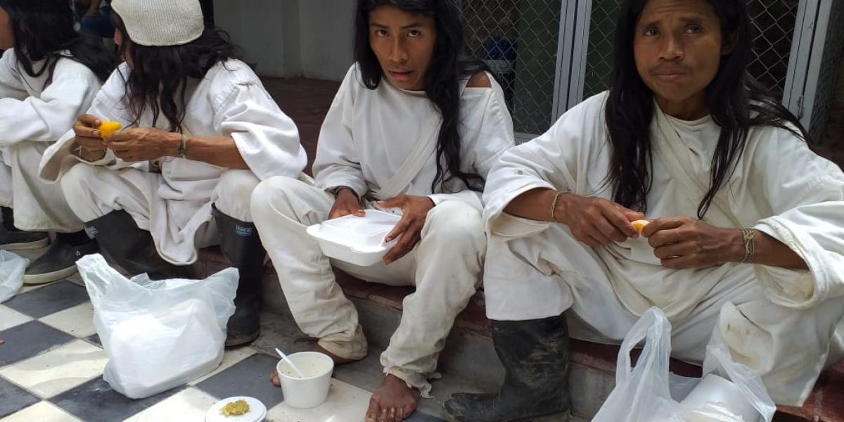 Los indígenas que llegaron en horas de la mañana a la capital del Magdalena en horas de la mañana fueron atendidos por la Secretaría del Interior del Magdalena con refrigerios y almuerzos.