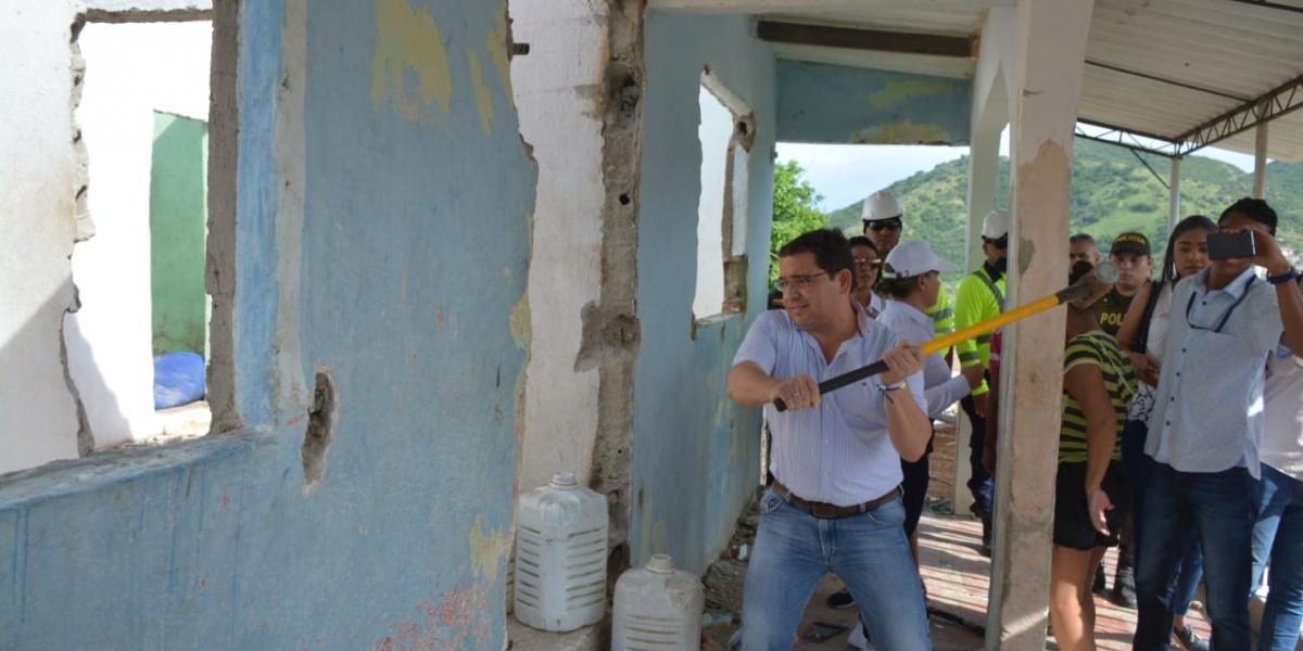Demolición de vivienda en Gaira.