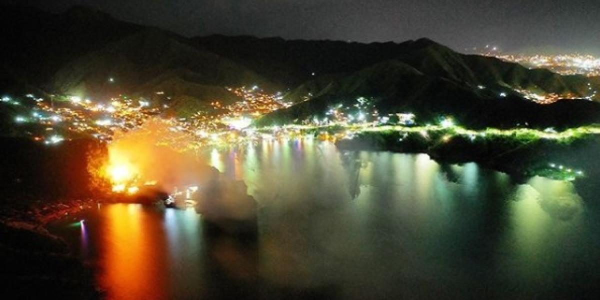 Panorámica de Taganga durante el pleno incendio del hotel Jaba Nibue