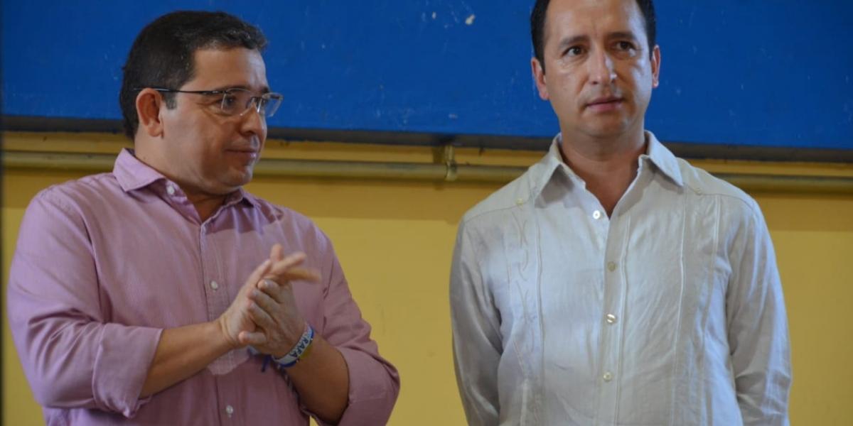 Fabio Parra (derecha), gobernador ad hoc del departamento del Magdalena.