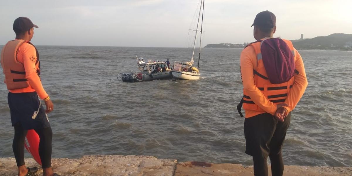 Velero en emergencia en Puerto Colombia.