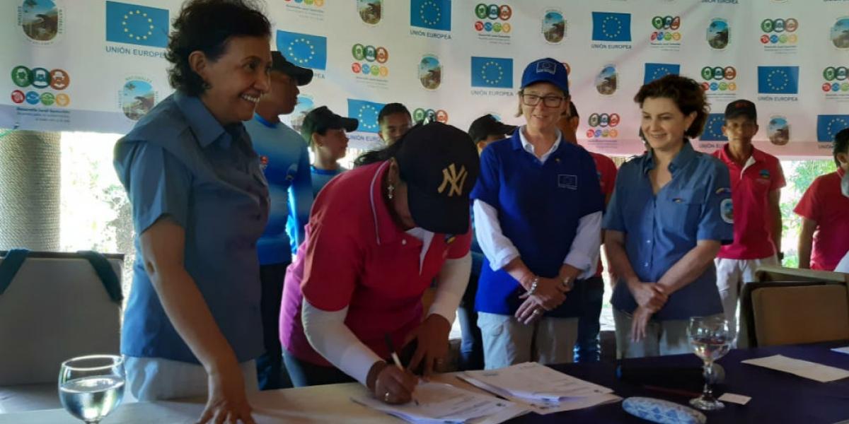 Firma de acuerdo entre Parques Nacionales y Asociación Ecoturística de Taganga.