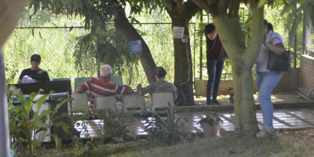 Familiares de Germán Bahamón en Medicina Legal de Sincelejo.
