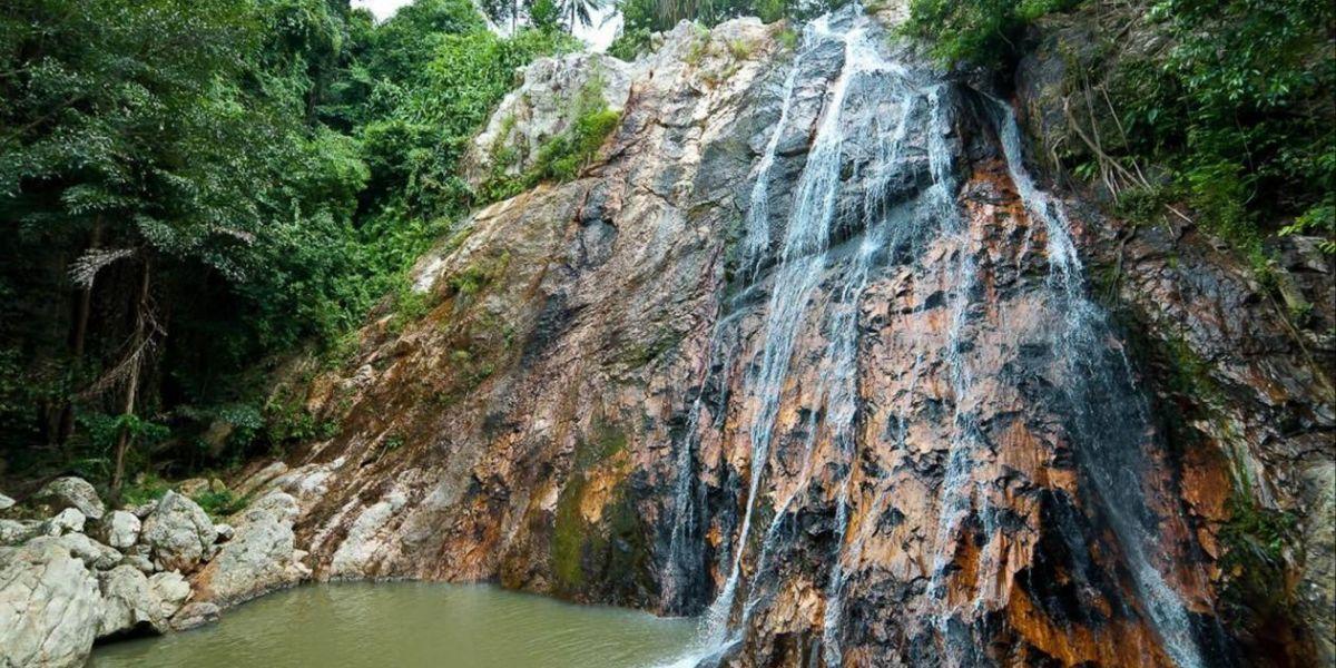 Cascada en la isla  Ko Samui.