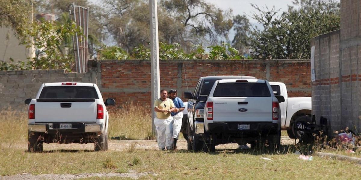 Peritos forenses en la finca donde fueron hallados los cuerpos.