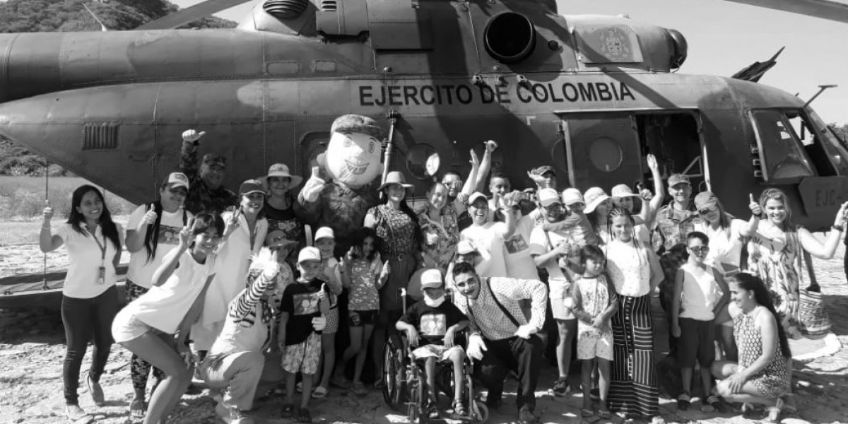 Los niños conocieron el mar y uno de los helicópteros del Ejército.