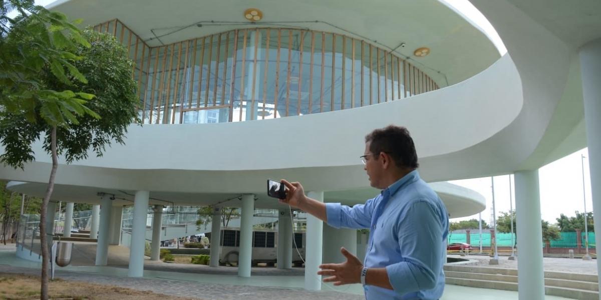 Rafael Martínez recibió la fase I de la megabiblioteca en agosto.