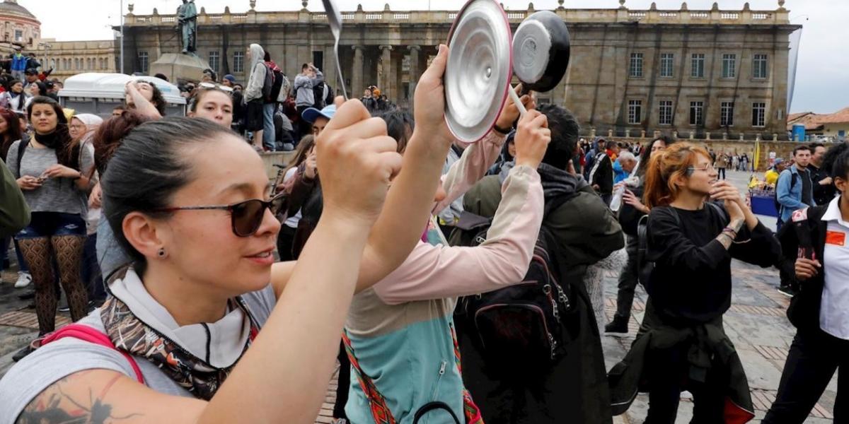 Personas que iniciaban el cacerolazo en Bogotá
