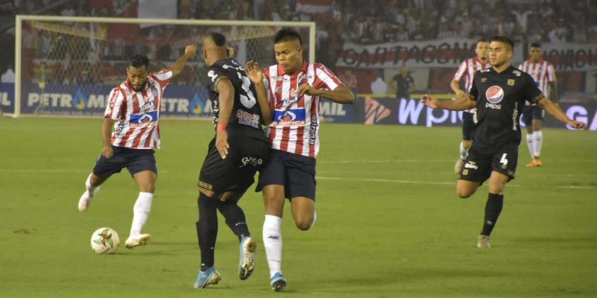 Luis 'Cariaco' González ensayando un remate al arco de Neto Volpi.