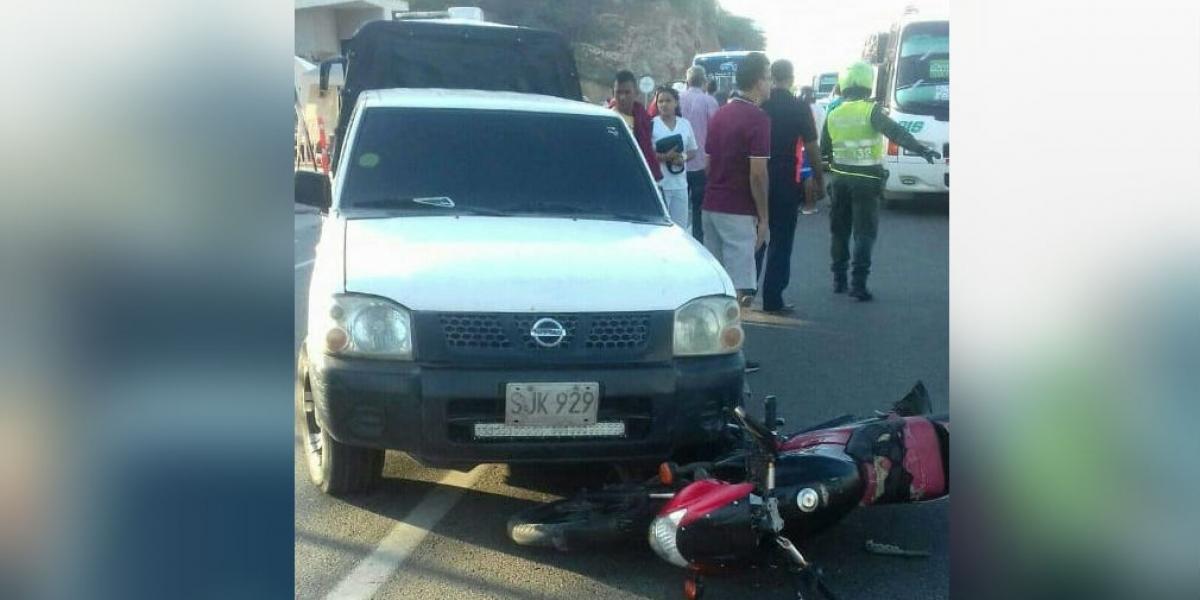 Según testigos del incidente, supuestamente el vehículo arrolló a los motorizados.