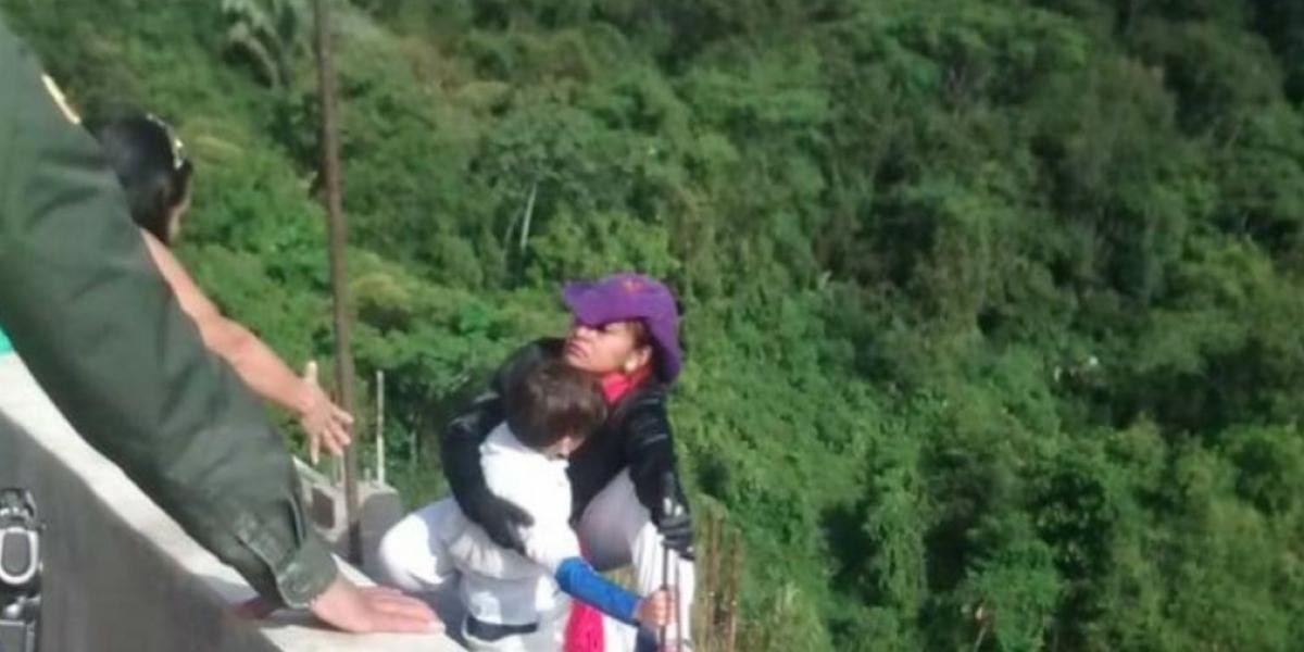 Mujer se lanza desde un puente junto a su hijo en Colombia