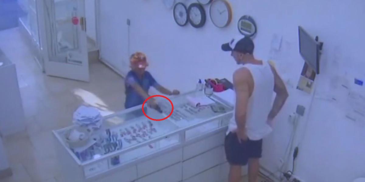 Cámaras de seguridad de joyería captan el momento del intento de robo por parte del  menor