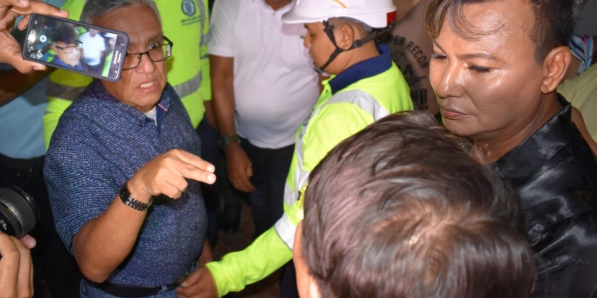 Momento en que el secretario Adolfo Bula discutía con los organizadores del evento gay.