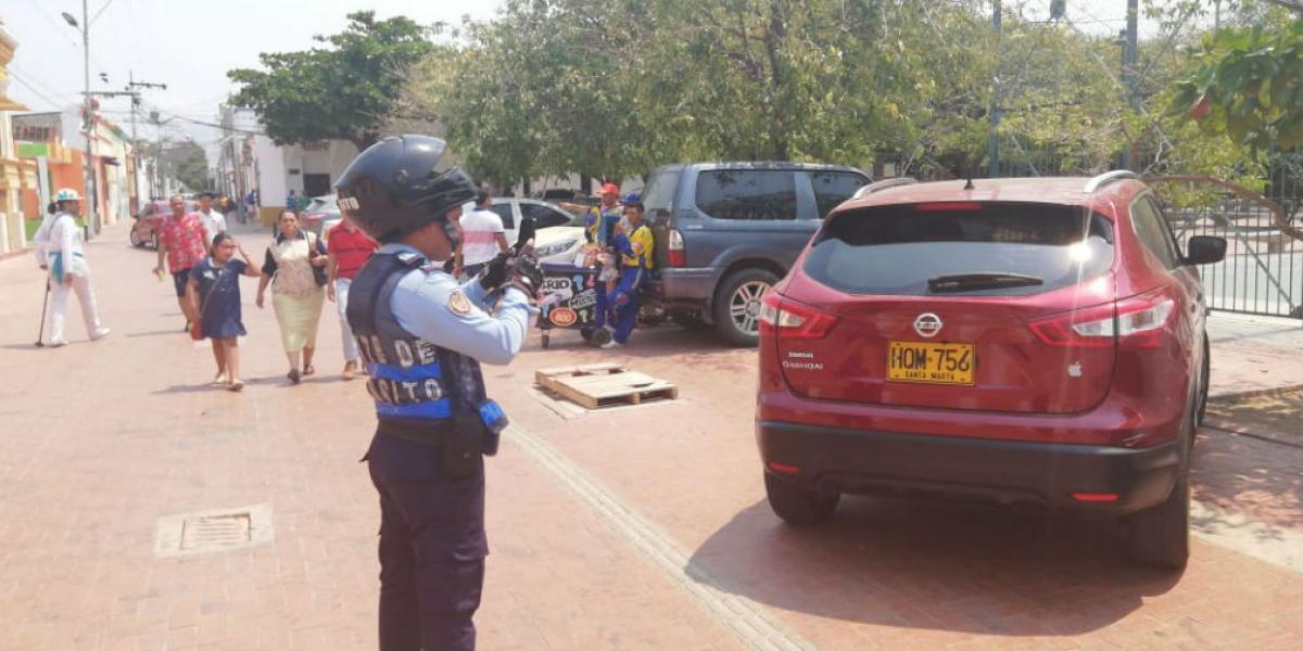 Cerca de 12 conductores fueron sancionados por mal parqueo al frente del Hugo J. Bermúdez.