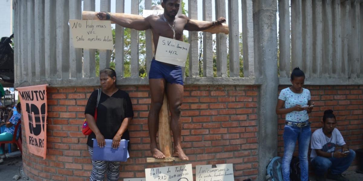 """Hombre se """"crucifica"""" y hace huelga de hambre afuera de Hospital para pedir por la atención medica de su hermano"""