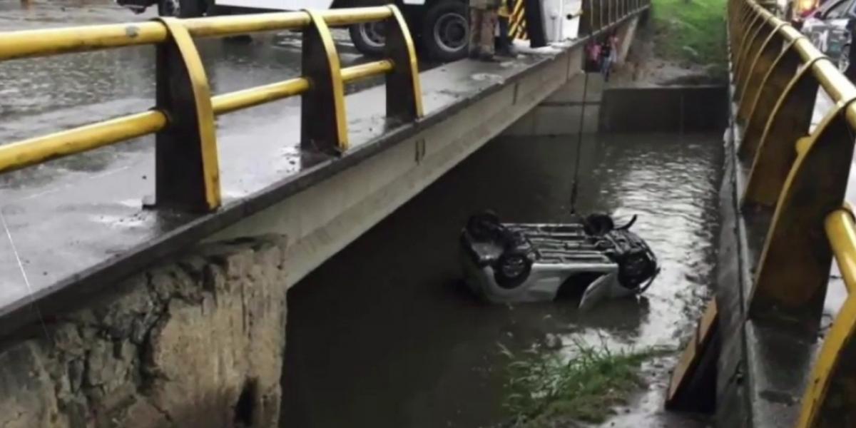 Accidente en Medellín; mujer pierde control de su vehículo y cae a quebrada La Iguaná