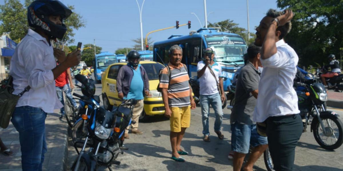Pelea entre motociclista y taxista en la calle 30.