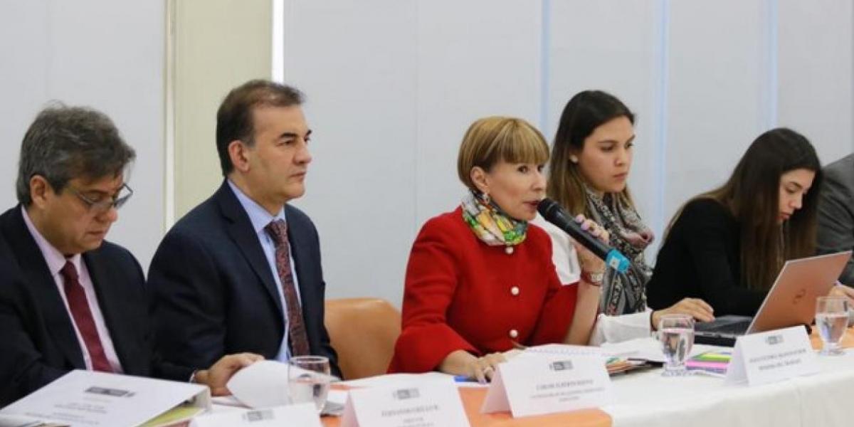 Ministra Alicia Arango en la reunión con las futbolistas.