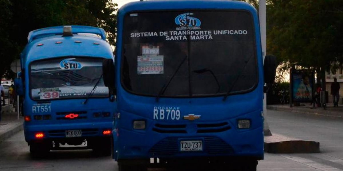 La pareja se grabó a bordo de un bus del STU.