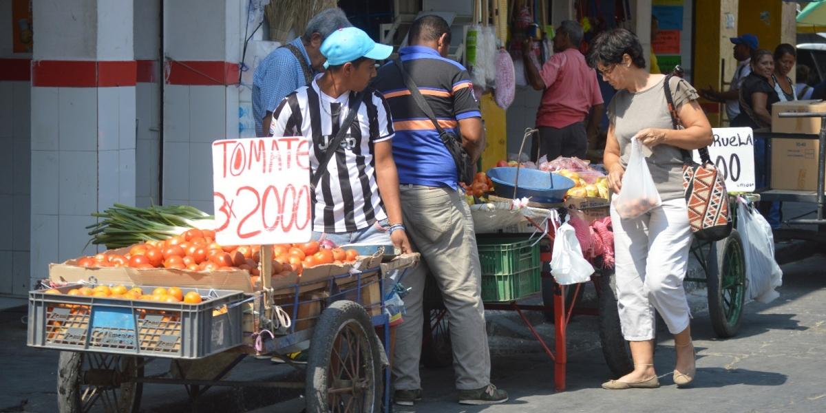 Vendedores informales ocupando el espacio público.