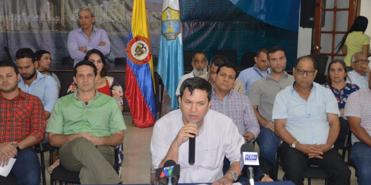 El alcalde encargado Adolfo Torné, acompañado del gabinete distrital.