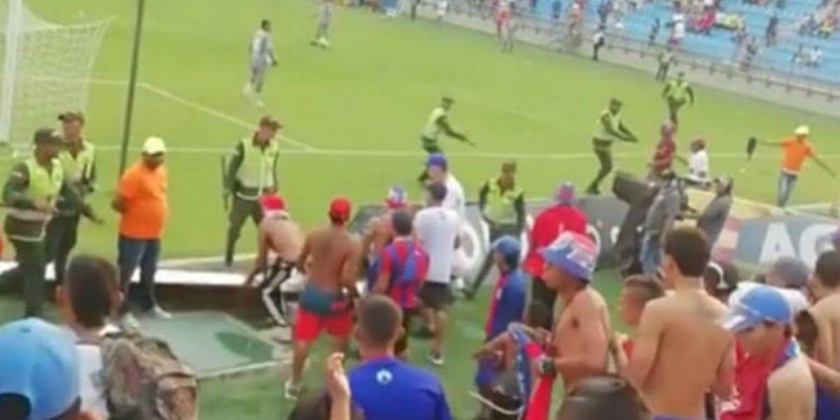 En esta imagen se observa como los desadaptados intentaron ingresar al estadio.