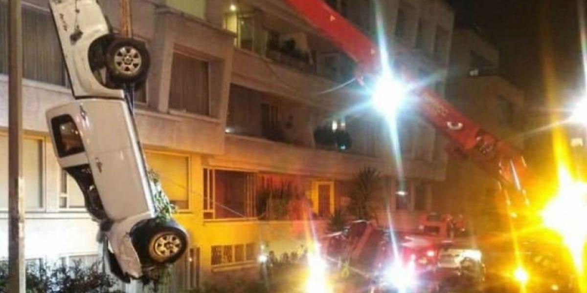 Camioneta siendo rescatada por los Bomberos