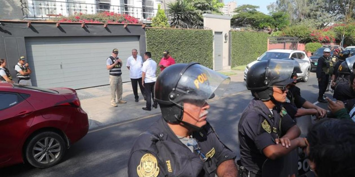 Agentes esperan para detener al expresidente peruano.