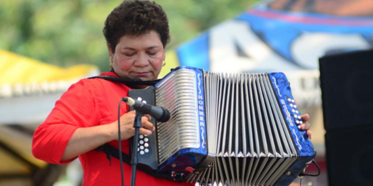 Maribel Cortina con su acordeón azul