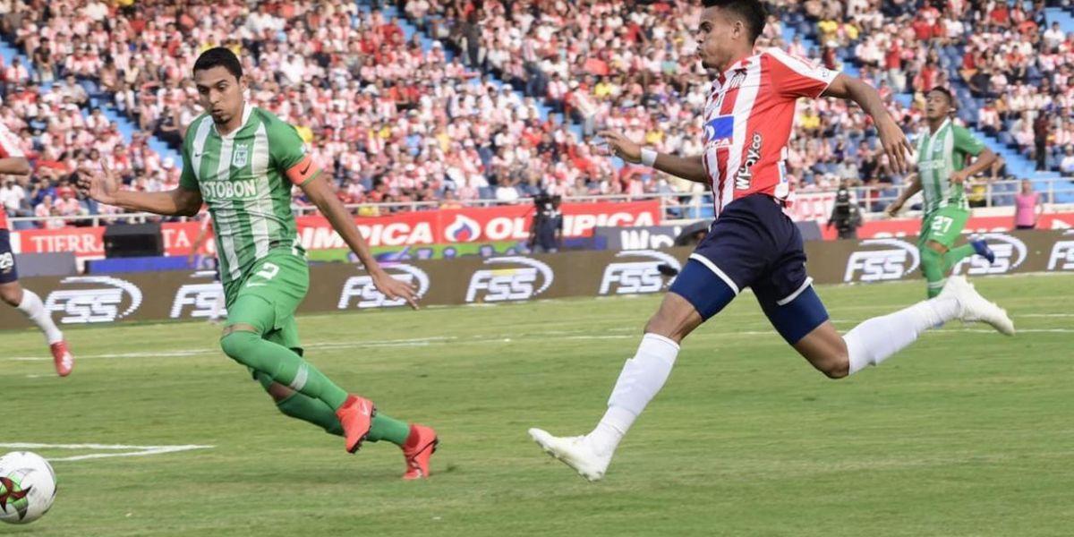 Luis Díaz en una jugada de ataque al inicio del partido.