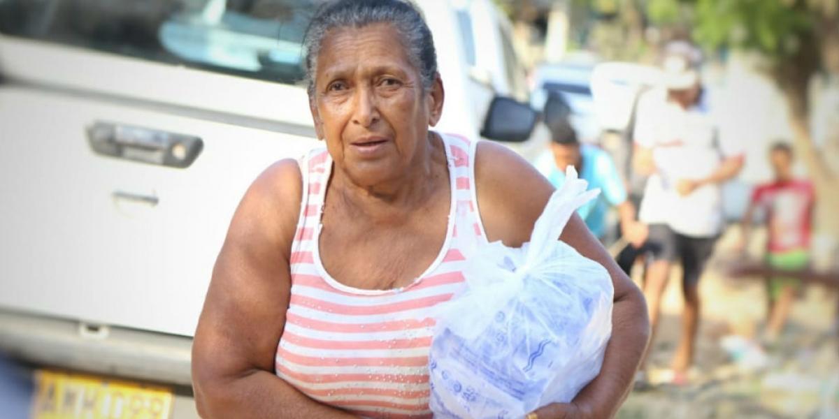 15 mil bolsas de agua y dos carrotanques en barrios de Santa Marta