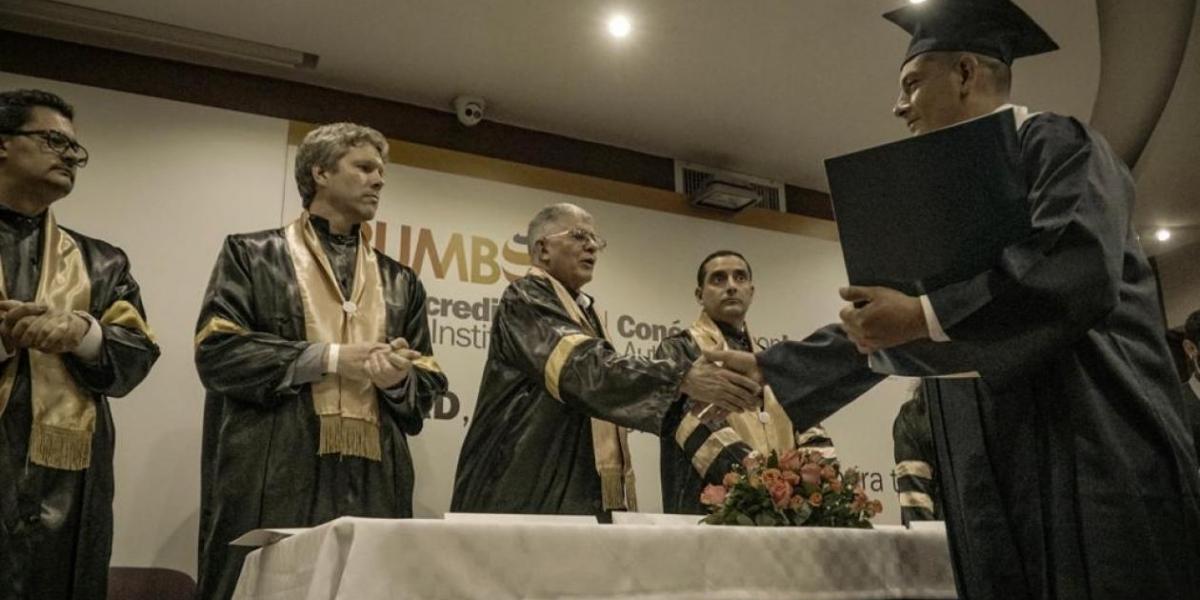 Exguerrillero recibiendo su diploma de bachiller.