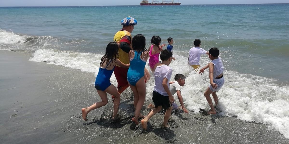Los niños estaban felices en el mar de Santa Marta.