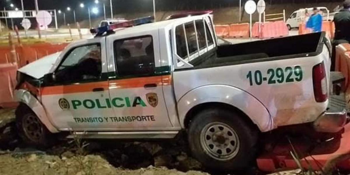 Así quedó la patrulla que chocó con un vehículo particular.