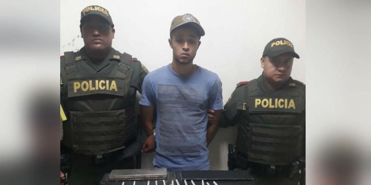 En el momento de la aprehensión le hallaron en el interior de una mochila que llevaba consigo 55 cigarrillos de marihuana.