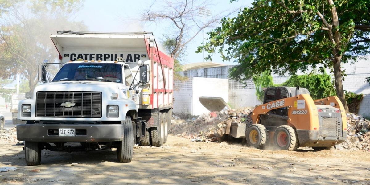Con maquinaria pesada están retirando los escombros del estadio Eduardo Santos.
