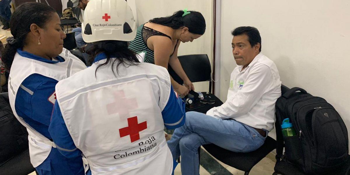 Este es el momento en que personal de la Cruz Roja atiende al director del Dadsa.