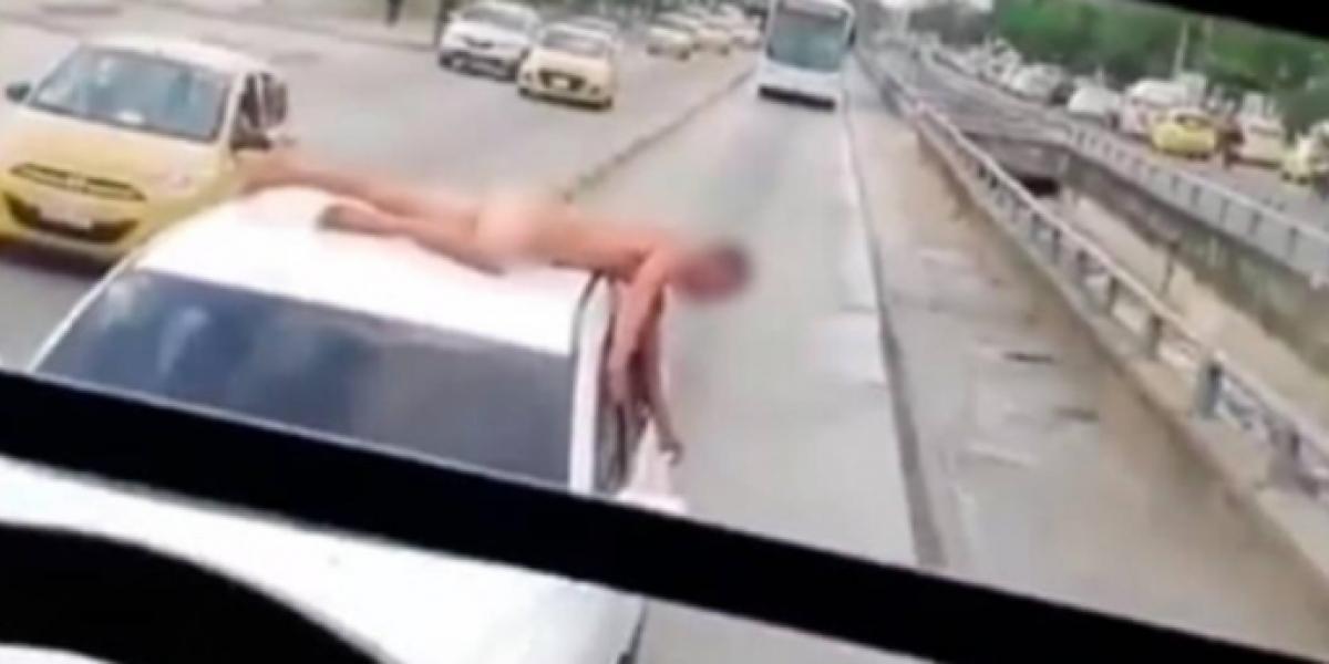 Capturan en video a hombre que va desnudo encima de carro en Barranquilla